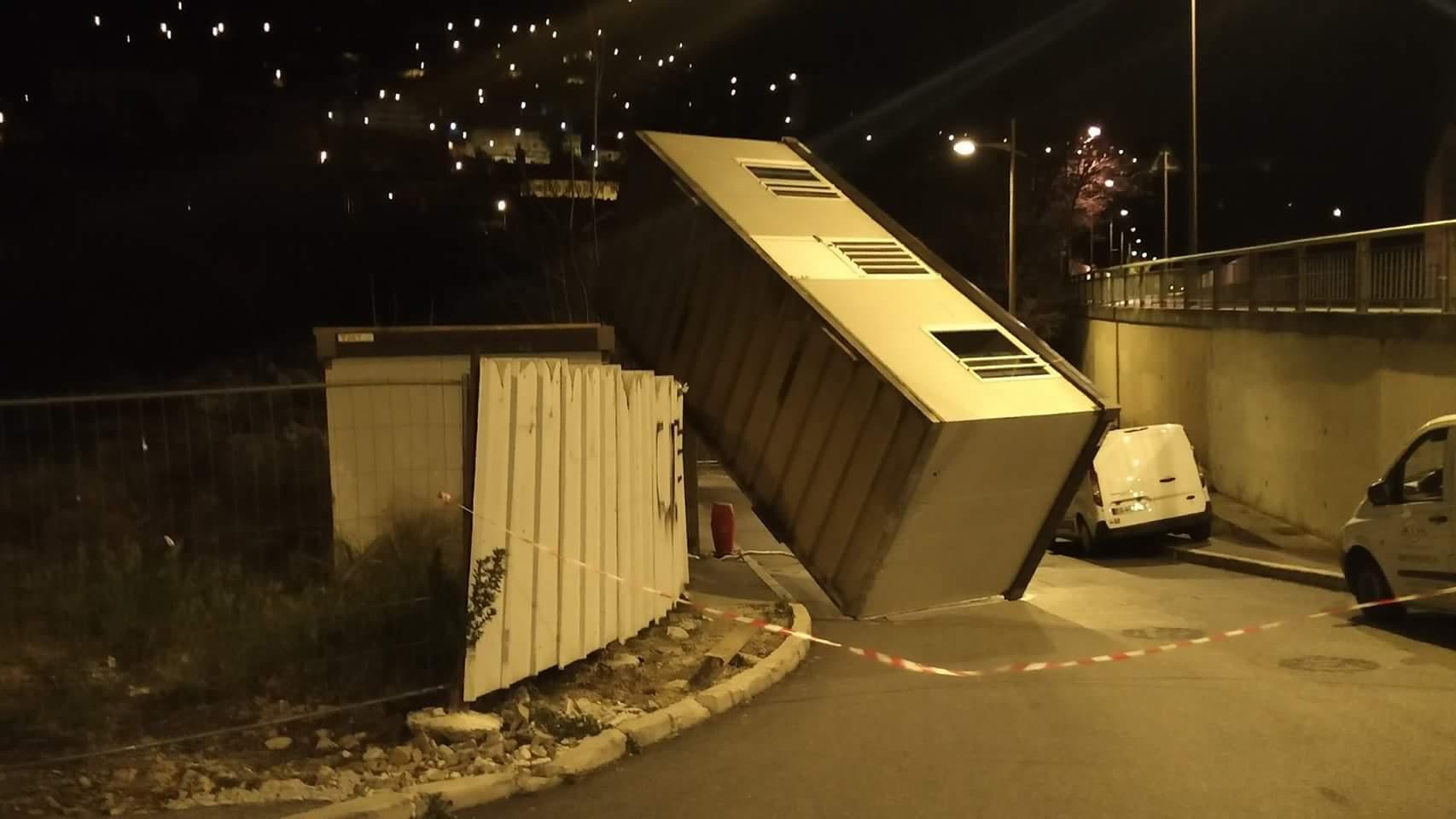 Algeco soulevé et renversé par les rafales de vents à Grasse - Photo Raphaël de Nice Météo
